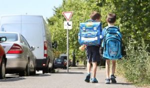 dwojka-dzieci-idzie-ulica-370811-article